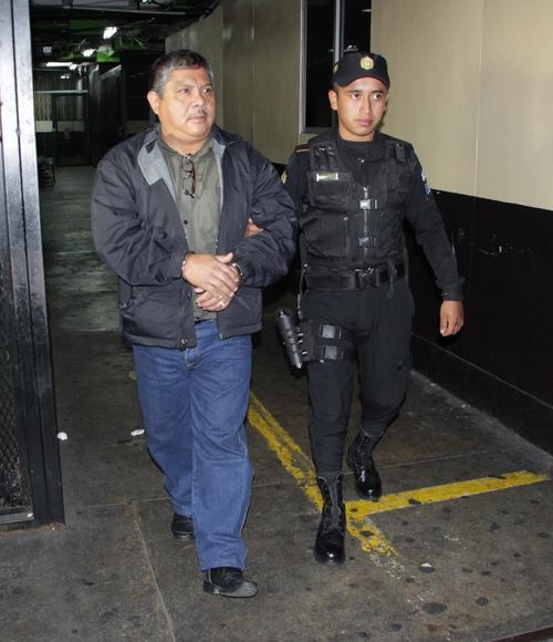 El enfermero auxiliar fue detenido por supuestamente haber intentado sustraer material del Hospital General San Juan de Dios. (Foto: PNC)