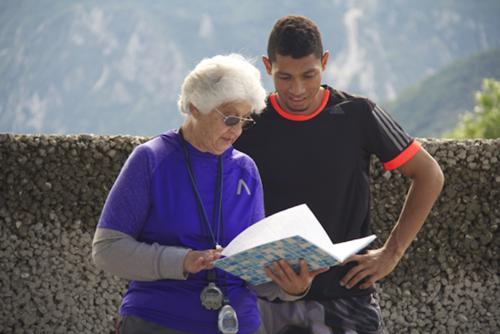 A sus 74 años Ana Sophia Botha sigue igual de energética, formando campeones. (Foto: howafrica.com)