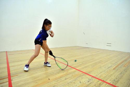 Ana Gabriela Martínez hexacampeona mundial de raquetbol en plena practica en el Club La Villa zona 14. (foto: Wilder López/Soy502)