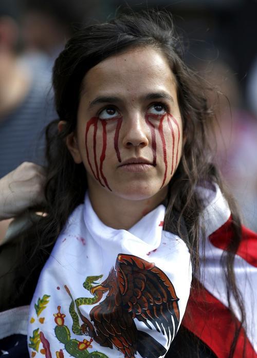 Una manifestante se pintó el rostro con supuestas lágrimas de sangre. (Foto: www.infobae.com)