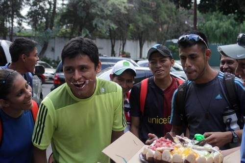 Erick Barrondo se mostró sorprendido por el gesto de sus compañeros que le regalaron un pastel para celebrar el segundo aniversario de la obteción de la medalla Olímpica en Londres 2012. (Foto: Luis Barrios/Soy502)