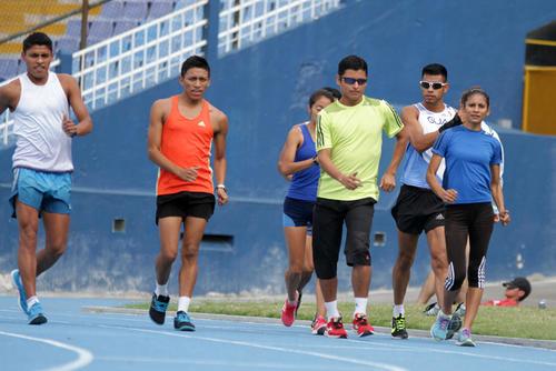 Erick Barrondo y sus compañeros de la selección de marcha atlética, en la segunda práctica del día en la pista del estadio Mateo Flores. (Foto: Luis Barrios/Soy502)