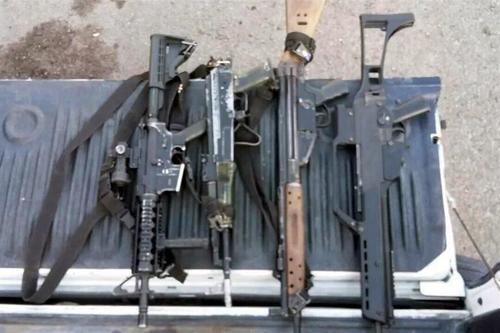 Estas son las armas que se incautaron a los capturados dentro de la patrulla. (Foto: sopitas.com)