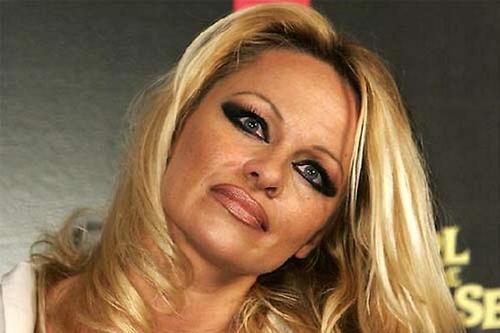 La actriz y modelo Pamela Anderson puede ilustrar varios errores también, pero el delineado de ojos y labios están fatales. (Foto: nosotras.com).