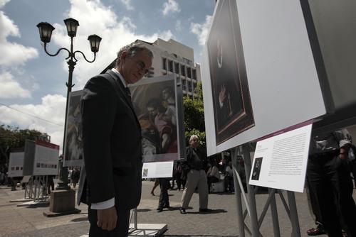 """El embajador de España en Guatemala, Manuel Lejarreta contempla una de las obras que componen la exposición """"Museo del Prado en Guatemala"""". (Foto: Esteban Biba/EFE)"""