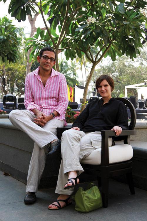 Los autores, Abhijit V. Banerjee y Esther Duflo recibieron varios reconocimientos por su estudio, entre ellos el premio al Libro de Negocios del Año otorgado por el diario Financial Times y la empresa Goldman Sachs. Ambos fueron incluidos en la lista de 100 Pensadores Globales de la revista Foreign Policy. (Foto: Thinkworks.in)
