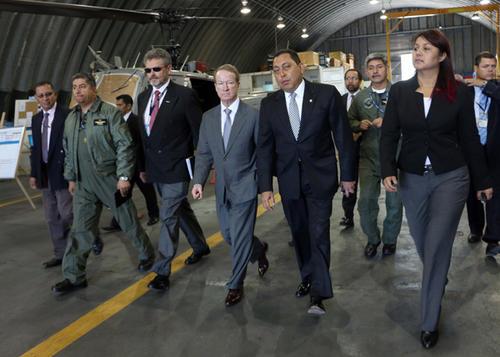 Eunice Mendizábal, en un acto oficial cuando era ministro Mauricio López Bonilla. A pocos pasos atrás de Mendizábal, aparece en uniforme militar, el piloto aviador Otto Fernando Gramajo. (Foto: Mingob)