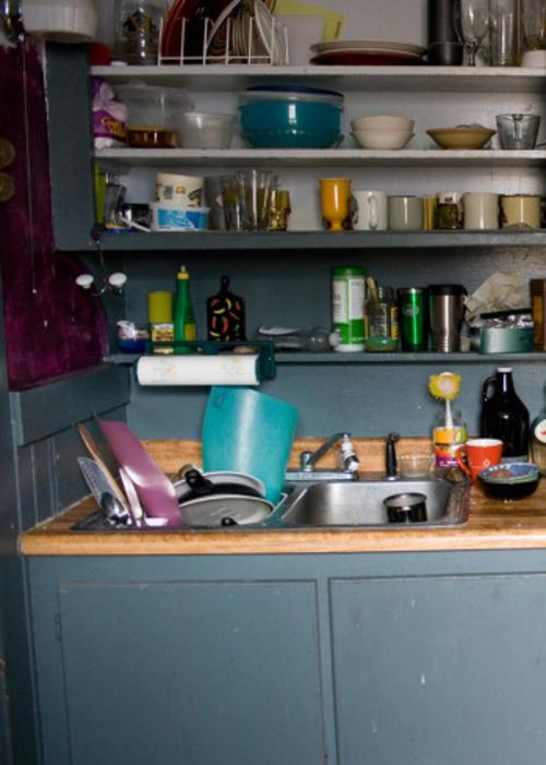 Los casos más comunes de desorden, es la acumulación de trastos sucios en la cocina. (Foto Katie Brady/Creative Commons)