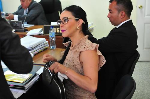 La exdiputada de Lider, Julia Maldonado, observa a uno de los testigos que declaró durante la segunda audiencia del juicio en su contra. (Foto: Alejandro Balán/Soy502)