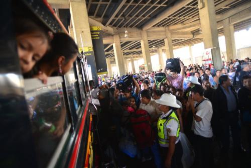 """Para las fiestas, los capitalinos con raíces en """"el interior"""" regresan masivamente a sus lugares de origen. (Foto: Wilder López/soy502)"""