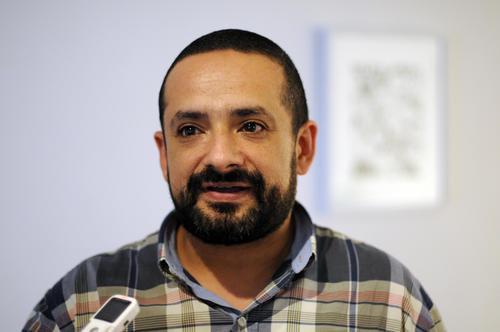 Uno de los curadores, Álvaro Sánchez explica el porqué de abordar temas que afectan a la sociedad.