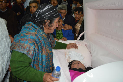 Eva Rodríguez abuela de  Deisy llora la muerte de su nieta.  (Foto: José García)