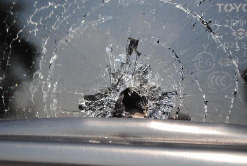 Este es el orificio del balazo que le quitó la vida al magistrado Barrientos Pellecer. El agujero está en la ventana trasera del lado izquierdo de la camioneta que utilizaba el magistrado. (Foto: Nuestro Diario).