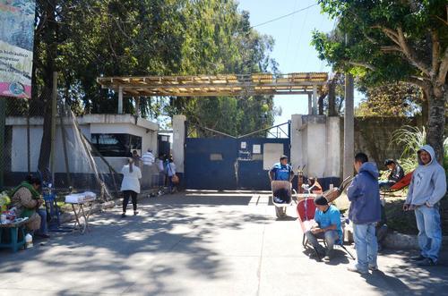 Vista de la puerta principal de ingreso a la cárcel Fraijanes 1, donde fue encontrado muerto el reo Francisco Arana. (Foto: Nuestro Diario)