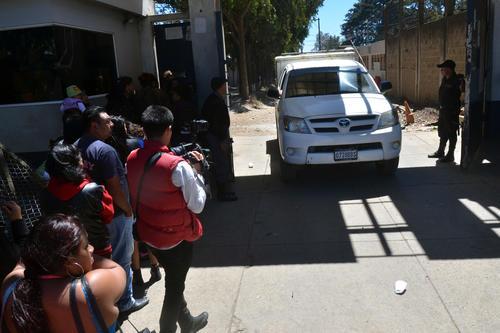 Una unidad del MP sale de la cárcel Fraijanes 1, luego de recabar los indicios por la muerte del reo Francisco Arana. (Foto: Nuestro Diario)