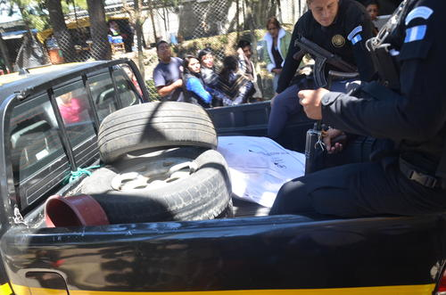 Una patrulla de la PNC trasladó el cuerpo de Francisco Arana de la cárcel Fraijanes 1 a la morgue del Inacif en la zona 3 donde se realizó la necropsia. (Foto: Archivo/Soy502)