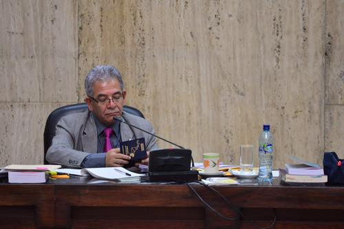 El juez Miguel Ángel Gálvez, revisa uno de los pasaportes entregados por uno de los sindicados que informó que ya le fue cancelada la visa de EE.UU. (Foto: Jesús Alfonso/Soy502)
