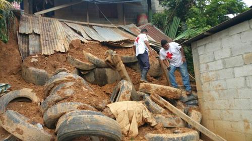 Vista del deslizamiento de tierra que afectó una vivienda en Puerto Barrios, Izabal. (Foto: Cruz Roja Guatemalteca)
