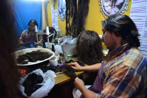 Se clasifican todos los cabellos por tono. (Foto: Jesús Alfonso/Soy502)