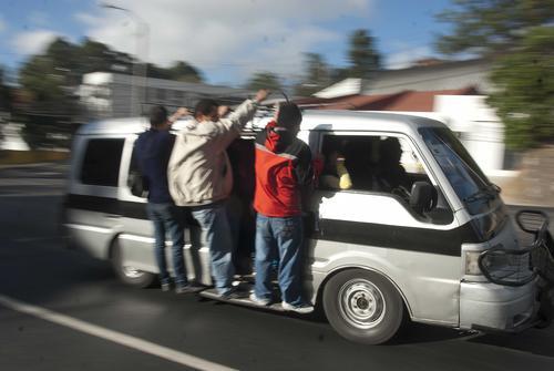 Entre 5 y 10 quetzales es el precio que cobran las personas particulares que están supliendo la falta de transporte en el sector sur de la ciudad. Foto Jesús Alfonso/Soy502