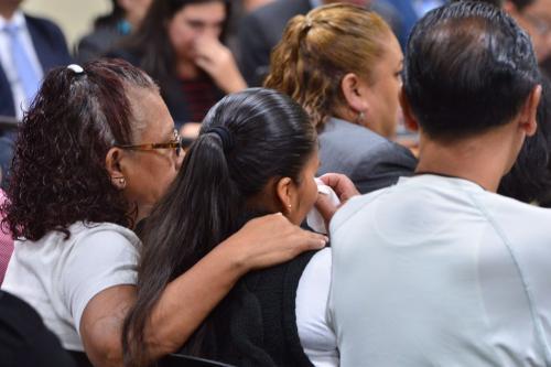 Familiares de las víctimas del Hogar Seguro lloran al escuchar los testimonios de las niñas. (Foto: Jesús Alfonso/Soy502)