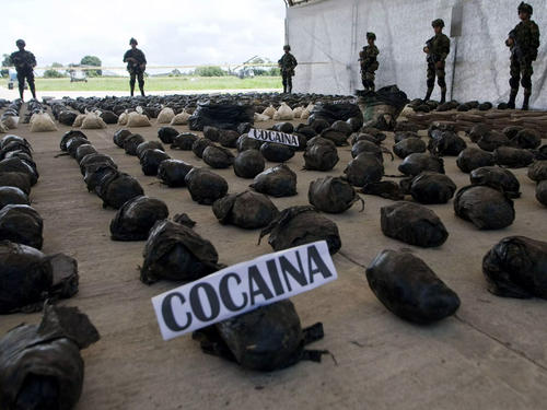 Kilos de droga encontrada en uno de los escondites de las FARC. (Foto: EFE)