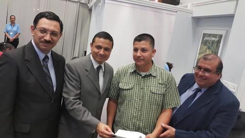 El guatemalteco acudió al consulado para tramitar su DPI.  (Foto: Cancillería)