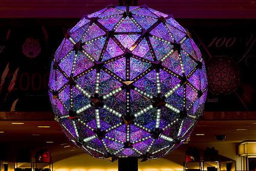 La esfera multicolor de 3.60 metros de diámetro tiene 2,688 triángulos de cristal y pesa cerca de seis toneladas.