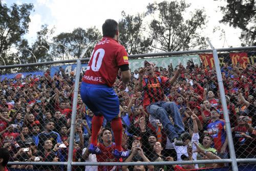 """Carlos """"el Pescado"""" Ruiz no pudo contener las emociones y se trepó la malla del estadio del Trébol, para celebrar con los aficionados en su regreso a Municipal. (Foto: Diego Galiano/Nuestro Diario)"""