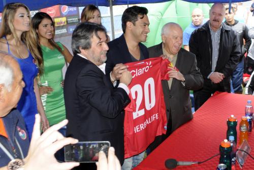 """Carlos """"el Pescado"""" Ruiz recibe la camiseta número 20 en Municipal de manos de Ernesto Villa y Gerardo Villa, dueños del club, en el estadio Del Trébol. (Foto: Luis Barrios/Soy502)"""