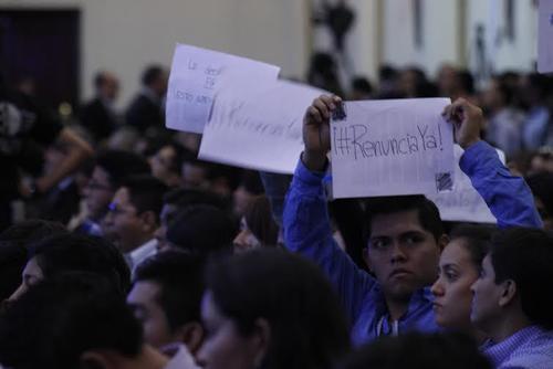 Algunos asistentes al Foro Esquipulas realizaron consignas contra los políticos.  (Foto: EFE)