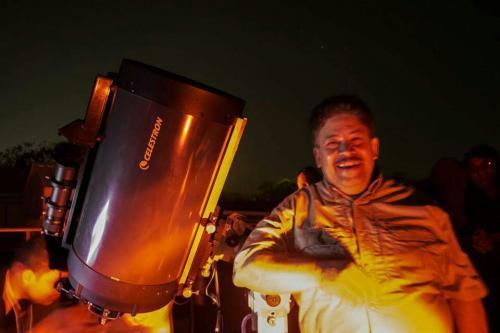 El autor, con el C12 del Francisco Sansivirini de la Asociación salvadoreña de Astronomía. (Foto: Cortesía Edgar Castro Bathen)