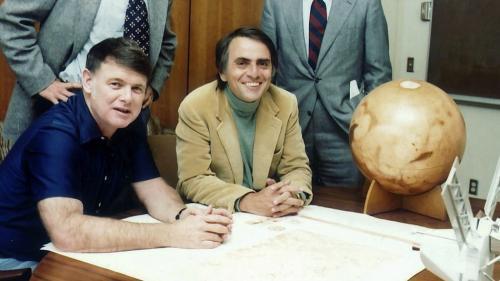 Carl Sagan, trabajando con colegas en el Jet Propulsion Laboratory de la NASA. (Foto: cortesía Edgar Castro Bathen)