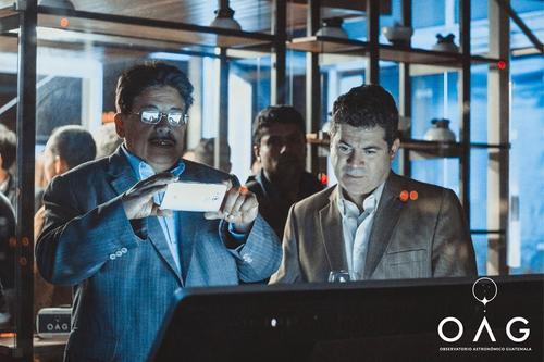 Edgar Castro, presidente de la Asociación Guatemalteca de Astronomía, y Mario Enríquez, observan y toman fotos de los diseños finalistas. (Foto: OAG)