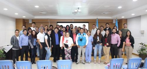 Esmeralda Mallada, rodeada de astrónomos guatemaltecos. (Foto: Cortesía Edgar Castro Bathen)