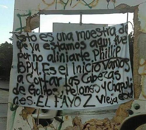 Vista de una de las mantas colocadas supuestamente por el grupo Los Zetas para atribuirse el ataque en Playa del Carmen en el club Blue Parrot. (Foto: Infobae)