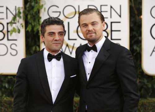 Oscar Isaac atravesó la alfombra roja de los Golden Globes junto a Leonardo DiCaprio la semana pasada. (Foto: jewishjournal)