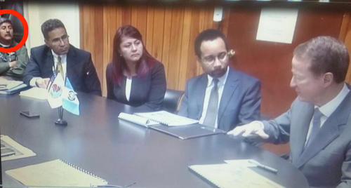 Durante la visita del sub secretario de Estado William Brownsfield, el aviador Otto Fernando Gramajo participó en las reuniones entre los funcionarios de los Estados Unidos y el Ministerio de Gobernación. Aquí, el asesor, en un círculo rojo, en la esquina izquierda.