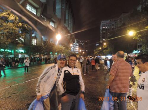 La foto mostrada por el MP en una audiencia pública corresponde a una viaje a Madrid en 2013. Los exdirectivos se encuentran en las afueras del estadio Santiago Bernabéu. (Foto: MP).