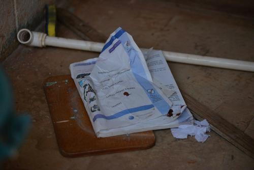 En el aula, algunos libros de los alumnos quedaron con manchas de sangre luego del asesinato. (Foto: Wilder López/Soy502)