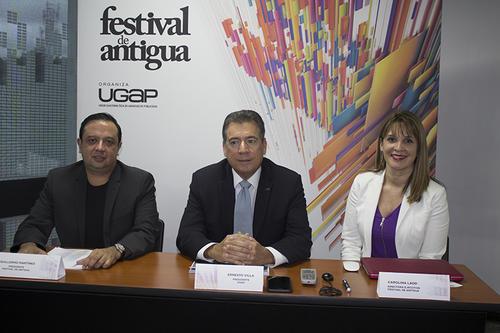 Guillermo Martínez, presidente del Festival de Antigua; Ernesto Villa, presidente UGAP; y Carolina Lado, directora ejecutiva Festival de Antigua, compartieron la logística del evento. (Foto: Soy502).