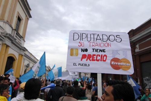 La creatividad de los guatemaltecos no podían faltar en la protesta 15A frente al Congreso de la República. (Foto: Luis Barrios/Soy502)