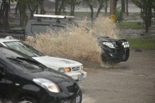 El agua sale disparada bajo los autos. (Foto: Wilder López/Soy502)