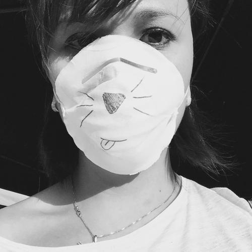 La voluntaria, con mascarilla, en el centro de salud de El Cambray. (Foto: Nancy Chang)