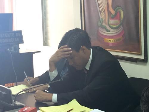 Otto Molina Stalling, hijo de la magistrada Blanca Stalling, escucha la resolución de la jueza que le negó la libertad condicional. (Foto: Evelyn de León/Soy502)