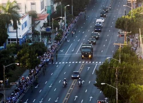Cientos de miles de cubanos, que se colocaron en largos cordones a ambos lados de las calles en la ruta que sigue la caravana. (Foto: AFP)