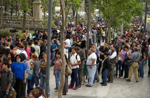 Cientos de personas hicieron fila en las afueras del Palacio de Bellas Artes para despedir a Gabriel García Márquez (Foto: AFP)