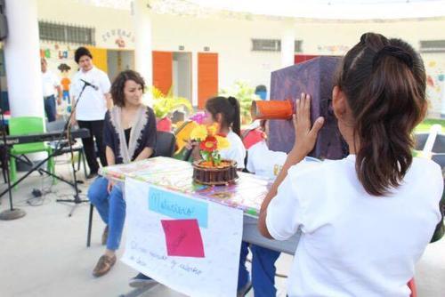 Gaby Moreno fue entrevistada por el noticiero de los alumnos de la escuela Nohemí Morales de Arjona. (Foto: Esther García y Elly de Dardón)