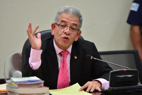 Pese a que demoró más de tres horas en su resolución, cientos de guatemaltecos siguieron la transmisión en directo de la audiencia de Otto Pérez. (Foto: Jesús Alfonso/Soy502)