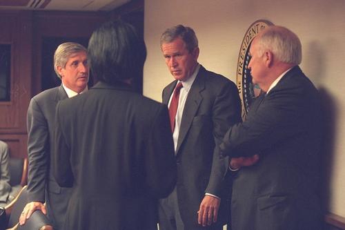 El presidente George Bush y el vicepresidente Dick Cheney en el Centro Presidencial de Operaciones de Emergencia, horas después del atentado. (Foto: elperiodico.com)